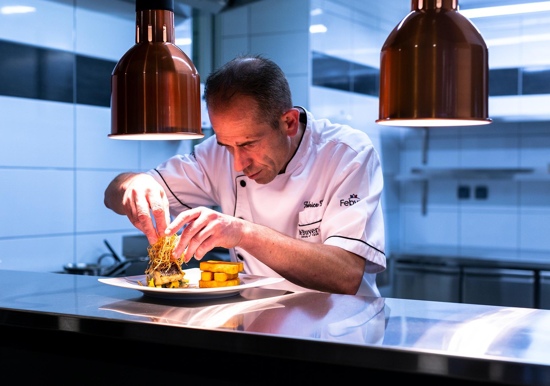 Fabrice Durain - préparation devant les clients d'une assiette de poisson